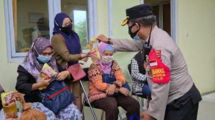 Di Indramayu, Warga yang Sudah Divaksin Bawa Pulang Hadiah Sembako, Minyak Goreng, hingga Ayam