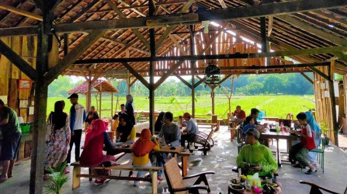 Mencicipi Kopi Hitam Gelas Kaleng di Warung Kopi Manis Cirebon, Suasananya Asri dan Hijau Persawahan