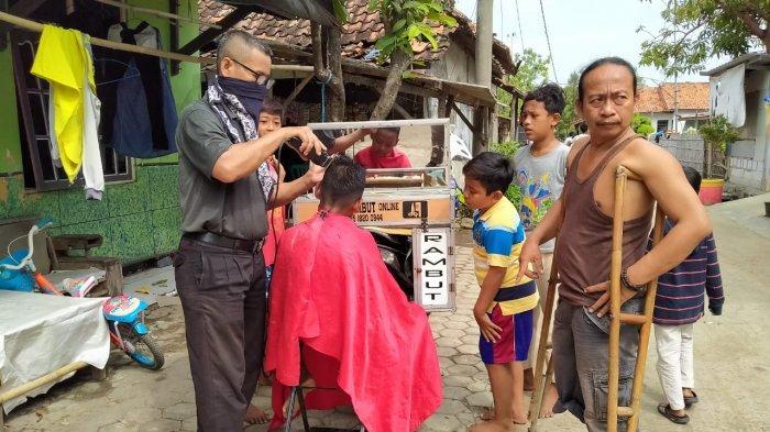 Seniman di Indramayu Ini Banting Setir Jadi Tukang Cukur, Sempat Tak Punya Penghasilan Saat Pandemi