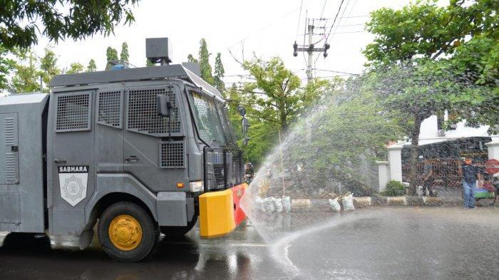 Gunakan Mobil Water Canon, Sejumlah Jalan Protokol di Indramayu Disemprot Cairan Disinfektan