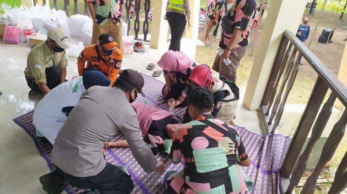 Petugas saat mengevakuasi wisatawan yang pingsan di objek wisata Hutan Mangrove Pantai Lestari Karangsong Indramayu mendadak pingsan, Minggu (3/1/2021).