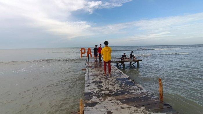 Objek wisata Pantai Tiris (Paris) di Desa Pabean Ilir, Kecamatan Pasekan, Kabupaten Indramayu, Minggu (29/8/2021).