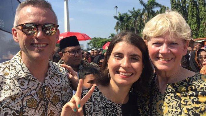 Tiga Warga Negara Asing Rela Antre di Monas Demi Ketemu Jokowi