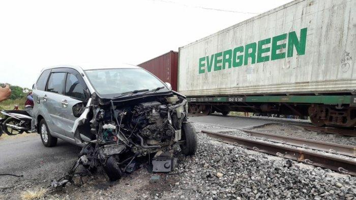 BREAKING NEWS: Mobil Xenia Ringsek Setelah Tabrak Kereta Api di Mundu Cirebon, 6 Penumpang Selamat