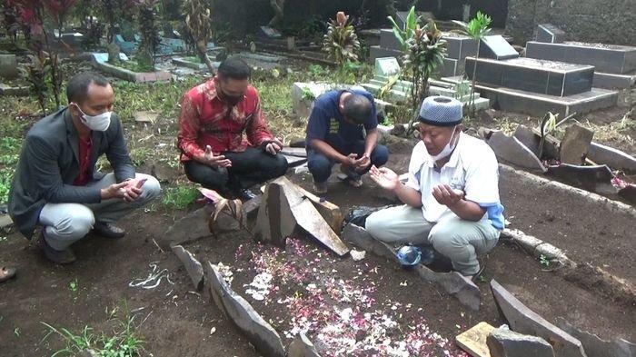 Yosef beserta tim kuasa hukumnya saat mendatangi makam Tuti Suhartini dan Amalia Mustika Ratu di TPU Istuning, Desa Jalancagak, Kabupaten Subang, Jawa Barat, Jumat (8/10/2021).