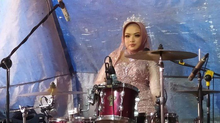 Tamu Resepsi Pernikahan Heboh, Mempelai Wanita Tiba-tiba Naik Panggung Main Drum dan Bernyanyi