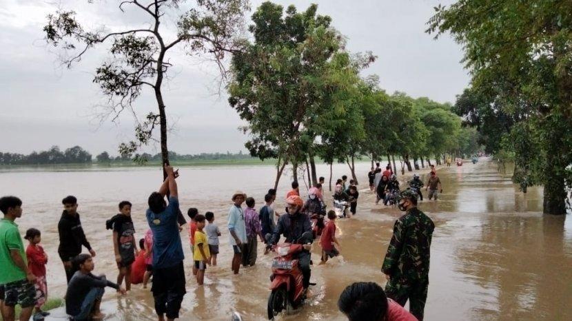 jalan-penghubung-di-ligung-terendam-banjir.jpg