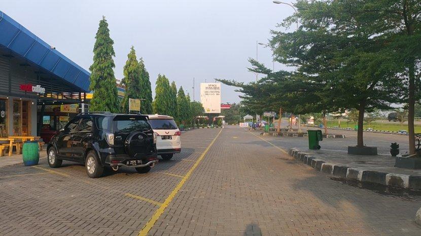 suasana-di-halaman-parkir-rest-area-km-166-tol-cipali-tampak-sepi-dari-kendaraan.jpg