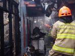 10-rumah-terbakar-4-diantaranya-hangus-ztak-bersisa-17-unit-mobil-pemadam-diterjunkan.jpg