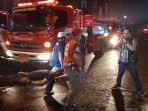 akibat-kebakaran-gedung-bec-petugas-keamanan-yang-ditandu.jpg