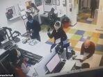 aksi-nekat-ibu-dua-anak-ini-lepas-celana-dalam-bikin-heboh-imbas-tak-kunjung-dilayani-di-kantor-pos.jpg