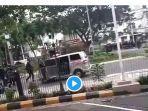 ambulan-ditembaki-gas-iar-mata-oleh-polisi-saat-demo.jpg
