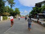 anak-anak-bermain-bulu-tangis-di-tengah-jalan-yos-sudarso-indramayu-manfaatkan-penyekatan.jpg
