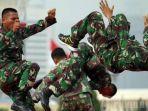 atraksi-beladiri-militer-tni-ad-prajurit-tni-ad-menunjukkan-ketangkasan-beladiri-militer.jpg