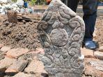 batu-nisan-pola-sulur-daun-kuno-ditemukan-warga-di-indramayu-diduga-makam-mbah-kiai-buyut-sijem.jpg