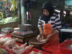 erni-43-penjual-daging-ayam-di-pasar-sumedang.jpg