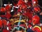 evakuasi-korban-selamat-dari-gempa-turki.jpg
