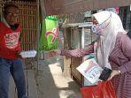 ibu-ibu-komunitas-warung-gratis-indramayu-saat-membagikan-nasi-kotak.jpg