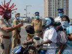 inspektur-polisi-rajesh-babu-mengenakan-helm-bertema-virus-corona.jpg