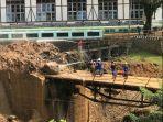 jalan-jembatan-kena-longsor-pangalengan-kabupaten-bandung-2042021.jpg