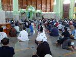 jemaah-menunaikan-salat-jumat-di-masjid-agung-sumber.jpg