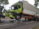kecelakaan-truk-wing-box-dengan-truk-trontonn.jpg