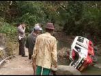 kondisi-mobil-angkot-ringsek-di-bantaran-sungai-cisande-desa-taraju-kecamatan-sindangagung1.jpg