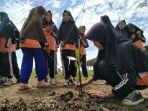 para-pelajar-saat-melakukan-aksi-penanaman-mangrove-di-kawasan-pantai-plentong.jpg