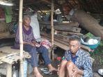 pasangan-suami-istri-iin-suhana-71-dan-sukarsih-55-di-saung-sumedang.jpg