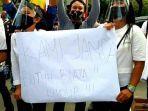 pemandu-lagu-dan-terapis-demo-di-depan-kantor-gubernur-jakarta.jpg