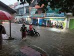 pengendara-saat-melintasi-jalan-mayor-dasuki-jatibarang-indramayu-yang-banjir-akibat-hujan-deras1.jpg