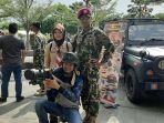 pengunjung-saat-mengenakan-rudal-al-strella-rusia-bersama-prajurit-tni-al.jpg