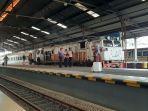 penumpang-kereta-api-di-stasiun-cirebon.jpg