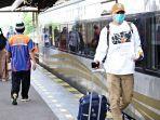 penumpang-yang-turun-dari-kereta-api-di-stasiun-cirebonnn.jpg