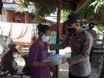 personel-polresta-cirebon-saat-memberikan-bantuan-sembako-kepada-warga-desa-tegalkarangg.jpg