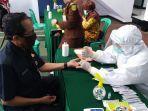 petuga-medis-saat-melakukan-pemeriksaan-kesehatan-melalui-rapid-tes-di-kantor-kejaksaan-kuningan2.jpg