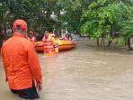 petugas-evakuasi-korban-banjir-sumuradem.jpg