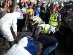 petugas-evakuasi-korban-laka-lantas-menggunakan-apd-lengkap.jpg
