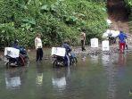 petugas-lewati-sungai-bawa-logistik-pilkada.jpg