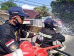 petugas-pemadam-kebakran-kabupaten-kuningan-lakukan-penyemprotan-cairan-disinfektan233.jpg