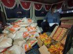 petugas-saat-menyiapkan-sembako-gratis-di-warung-keliling-satlantas-polres-cirebon-kota.jpg