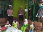 polisi-ajak-badut-hibur-anak-anak-yang-belajar-di-rumah-anak-anak-sempat-kaget-lalu-gembira.jpg