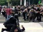 polisi-banting-peserta-demo-di-hut-tangerang-123456.jpg
