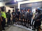 polisi-mengamankan-6-anak-muda-yang-tengah-pesta-miras-oplosan-losarang-indramayu.jpg