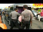 polisi-menggendong-anjing-yang-kondisinya-memprihatinkan-dari-toko-mas-gaya-baruu.jpg