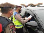 polisi-periksa-mobil-pelat-luar-nomor-cirebon.jpg