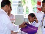 presiden-ri-joko-widodo-memberikan-kartu-indonesia-pintar-kip-kepada-1010-siswa.jpg