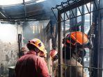 proses-pemadaman-api-yang-membakar-warung-surabii.jpg