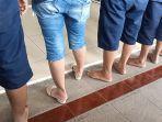 ratu-sabu-di-indramayu-ini-tampil-beda-penampilannya-nyentrik-dengan-celana-jeans-dan-slop.jpg