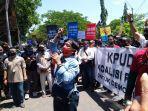 ratusan-wartawan-saat-menggeruduk-kantor-kpu-kabupaten-indramayu-senin-14920201.jpg